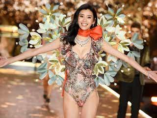 ランウェイで倒れた中国モデル ミン・シー、笑顔でリベンジ果たす<ヴィクトリアズ・シークレット ファッションショー2018>