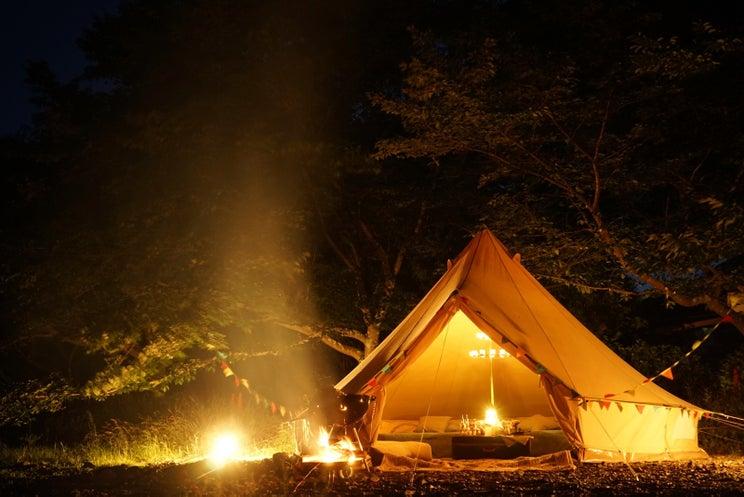 """""""秘密基地""""のようなBBQキャンプ場「コモリバ」埼玉に、サウナカーで蒸気浴体験も"""