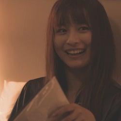 手紙を読むロン・モンロウ「ダブルベッド」#6(C)TBS/イースト・エンタテインメント