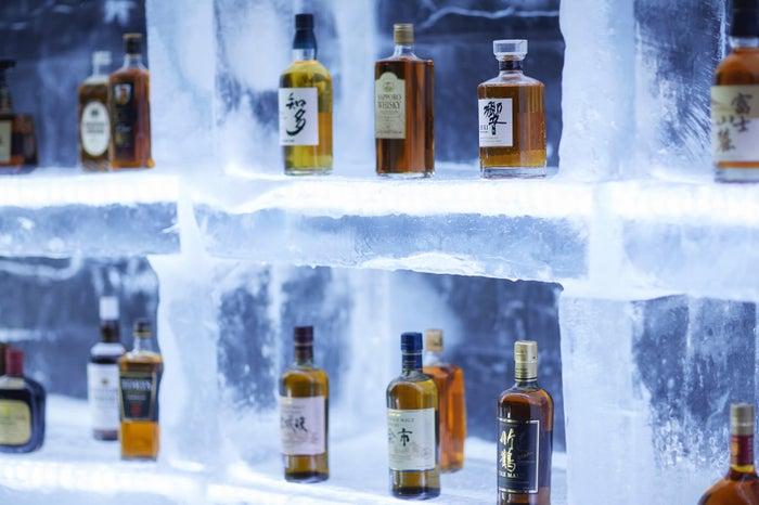 湯上がりの心地よさを感じながら、好きな飲み物と一緒に氷のリラクシングチェアで幻想的な氷の世界を堪能/画像提供:星野リゾート