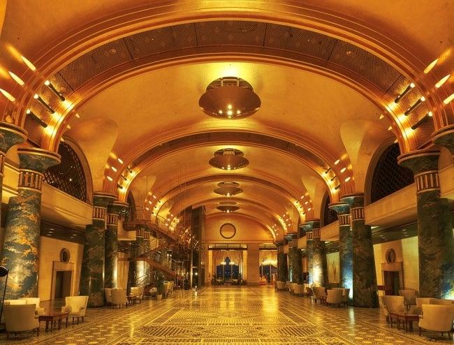 22.5金の金箔で覆われた天井とローマンモザイク床が広がるホテルロビー/画像提供:カラカミ観光