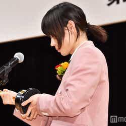 約5キロのトロフィーをしげしげと見つめる菅田将暉 (C)モデルプレス