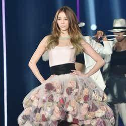 モデルプレス - 香里奈、美デコルテ輝く華やかドレスで登場 オープニングセレモニーで圧巻オーラ<TGC 2015S/S>