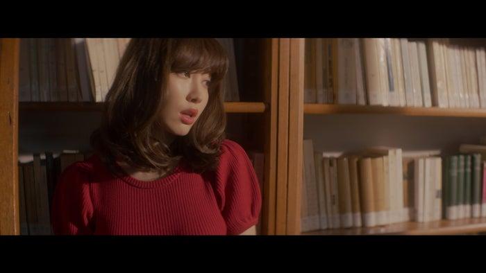 小嶋陽菜/「気づかれないように…」MVより(C)AKS