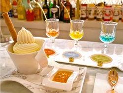 極上ソフトクリームにお酒の宝石リキュールをかけるデザートが話題! 青山「お酒とアイスクリーム」の新店
