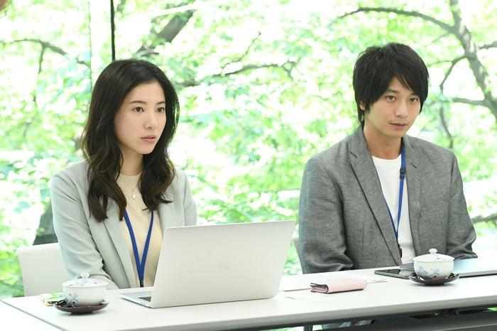 吉高由里子、向井理/「わたし、定時で帰ります。」より(C)TBS