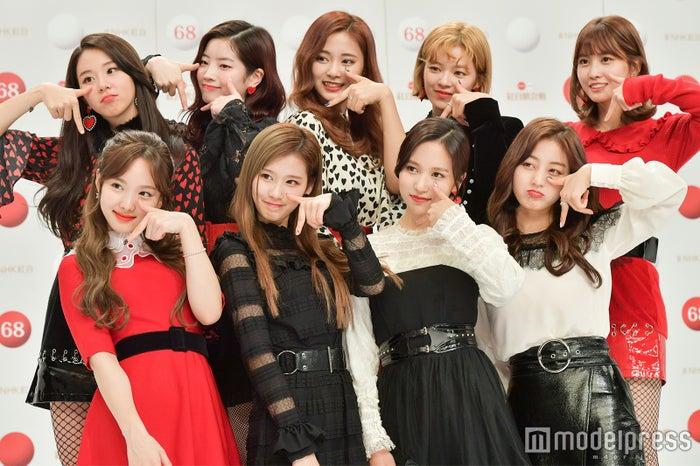 TWICE(前列左から:ナヨン、サナ、ミナ、ジヒョ、後列左から:チェヨン、ダヒョン、ツウィ、ジョンヨン、モモ)(C)モデルプレス