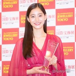 新木優子、ピンクドレスでゴージャスに「小さい頃からジュエリーへの熱意が強かった」<第32回 日本ジュエリーベストドレッサー賞>