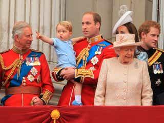 ジョージ王子、バッキンガム宮殿のバルコニーに初登場