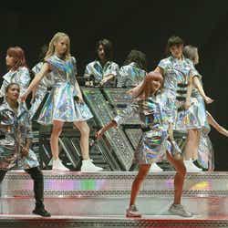 (前列左より)YURINO、須田アンナ(後列左より)Aya、Ami、Erie、鷲尾伶菜/画像提供:avex