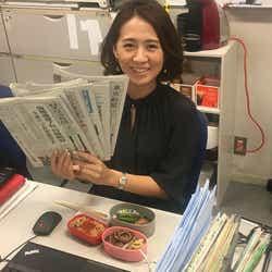 オンエアまでの時間は、報道センターのデスクで、新聞の夕刊を読んだり、調べ物。夕食も食べます。この日は、お弁当を作って持ってきました!(提供写真)