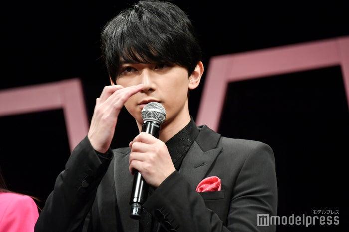 「前髪を伸ばしたり…」と説明する吉沢亮 (C)モデルプレス