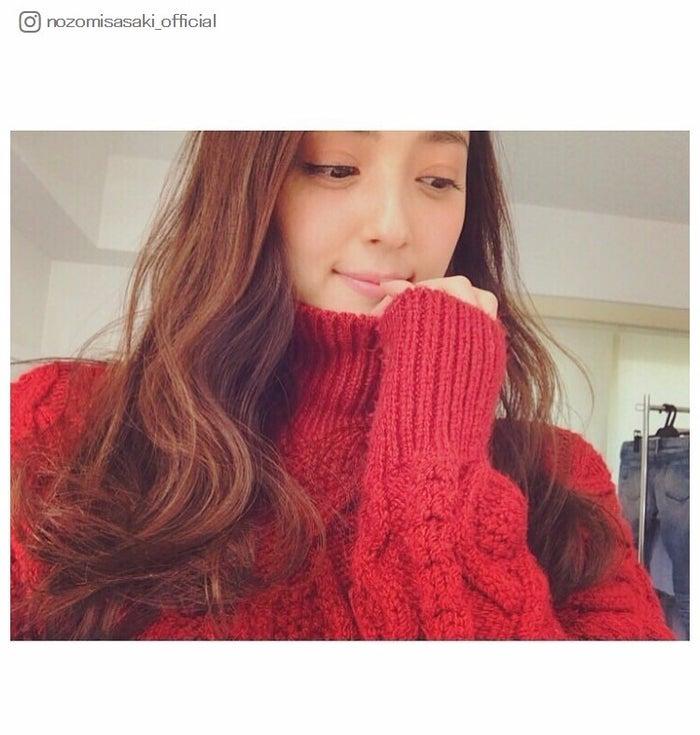 伏し目×萌え袖でキュートな姿の佐々木希/佐々木希Instagramより