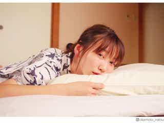 """岡本夏美、彼女感溢れる""""添い寝風ショット""""に反響「キュンとした」「一緒に寝たい」"""