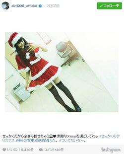 """松井愛莉、ミニスカサンタ姿で美脚あらわ """"天使""""のショットにファン歓喜"""