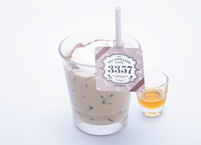 カフェラテ(アイス)899円(C)乃木坂46LLC