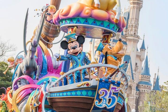 アニバーサリーのオープニングを飾るパレード「ドリーミング・アップ!」(C)Disney