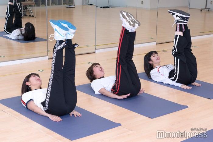 レッグレイズで腹筋の下部をトレーニング (C)モデルプレス