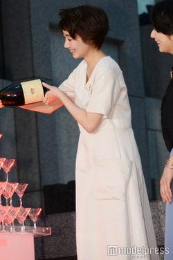 シャンパンを注ぐ波瑠(C)モデルプレス