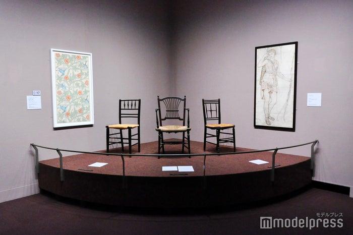 モリス・マーシャル・フォークナー商会(1875年以降はモリス商会)による椅子や壁紙(C)モデルプレス