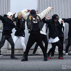 EXILE TRIBEメンバーがド派手ダンスでを披露する(C)NH Project