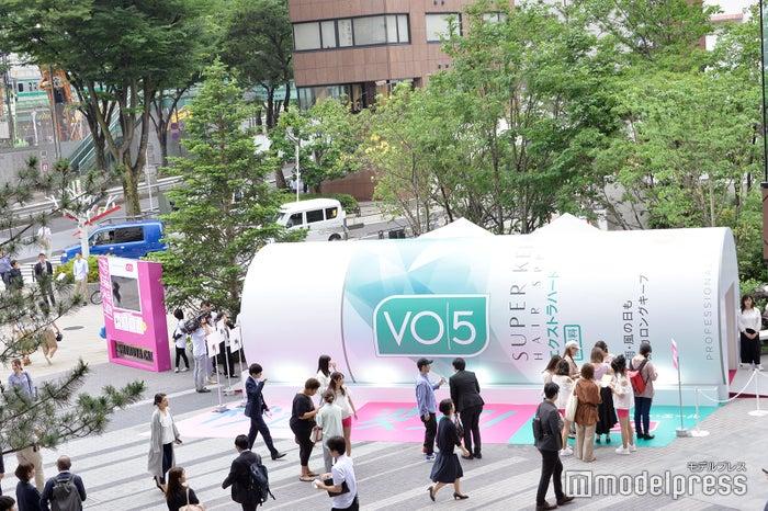 渋谷に10メートルの巨大な「VО5」缶出現(C)モデルプレス