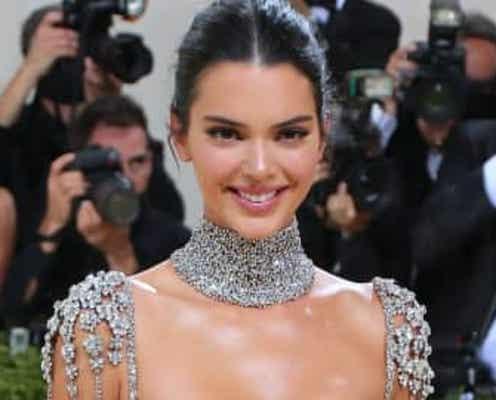 ケンダル・ジェンナーのオードリー・ヘプバーン風ドレスにファンから絶賛