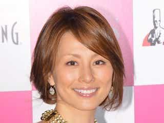 米倉涼子、美バスト強調のミニドレスで登場 花嫁修業の過去を明かす
