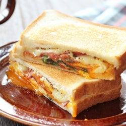 お昼ごはんにちょうどいい!簡単&美味しすぎるホットサンドアレンジ10選