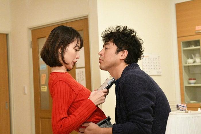 戸田恵梨香、ムロツヨシ/「大恋愛~僕を忘れる君と」第9話より(C)TBS