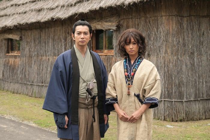 (左から)松本潤、深田恭子(写真提供:NHK)