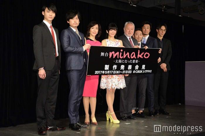 (左から)高崎俊吾、城戸裕次、早見優、田村芽実、高杉敬二、野沢トオル、小西優司、千葉誠太郎(C)モデルプレス