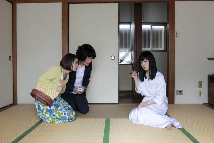 WOWOW 第6話「ある物件」/左から、大島優子、片桐はいり、小林聡美(提供写真)<br>