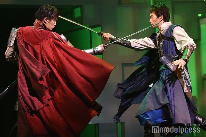 兄弟役を演じる鈴木伸之、町田啓太/舞台「勇者のために鐘は鳴る」公開ゲネプロより (C)モデルプレス
