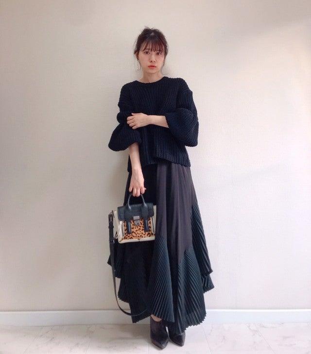 黒のボリュームスリーブニットにロングスカートを合わせ、レオパード柄ハンドバッグと黒のブーティをコーディネート