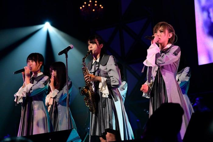 STU48/サックスを吹く瀧野由美子(中央)「第8回 AKB48紅白対抗歌合戦」(C)AKS