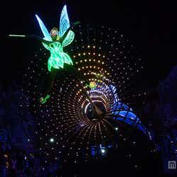 LEDライトを使用した光り輝くパレード「ペイント・ザ・ナイト・パレード」