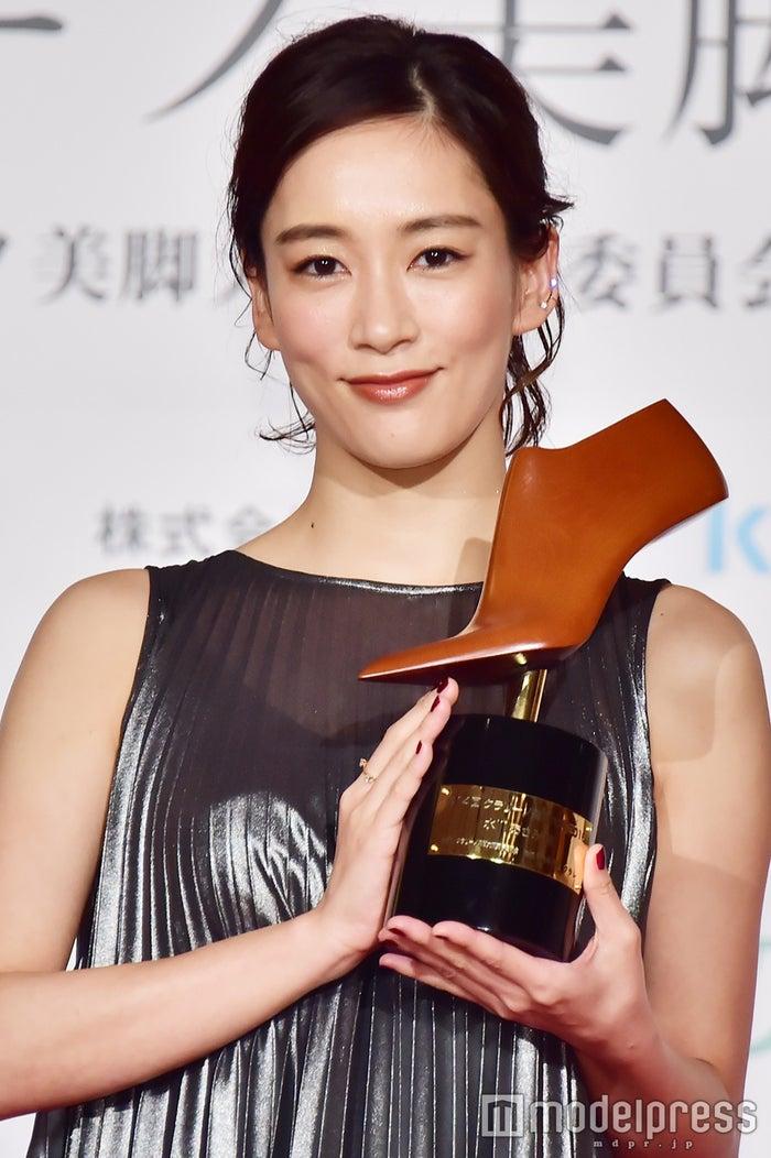 「第14回クラリーノ美脚大賞」を受賞した水川あさみ (C)モデルプレス