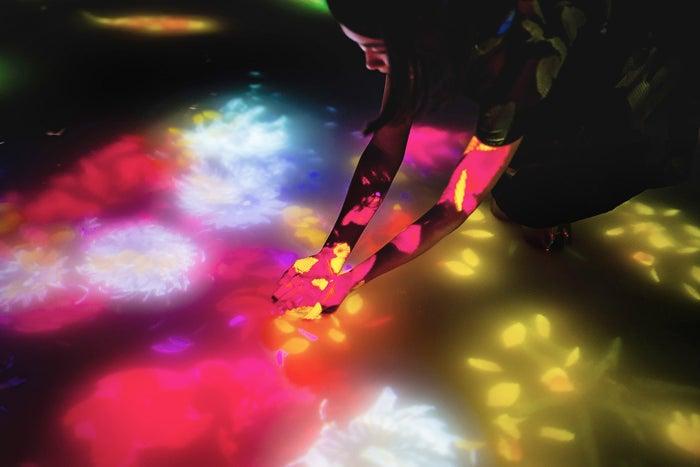 「人と共に踊る鯉によって描かれる水面のドローイング- Infinity/画像提供:株式会社PLANETS