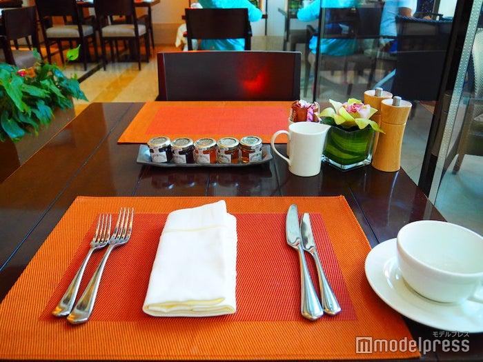 ホテル1Fの朝食会場のテーブル(C)モデルプレス