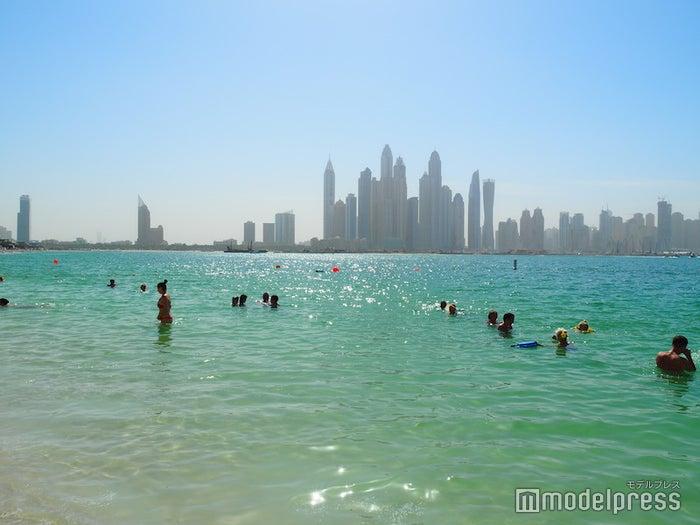 ホテル前のビーチから見ることができる、アラビア湾と高層ビル群がセットの光景(C)モデルプレス