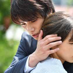 鈴木伸之、仲里依紗/「あなたのことはそれほど」(画像提供:TBS)