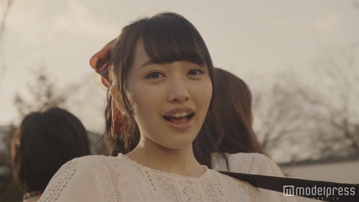 センター向井地美音に注目/AKB48 44thシングルMV「翼はいらない」より(C)AKS