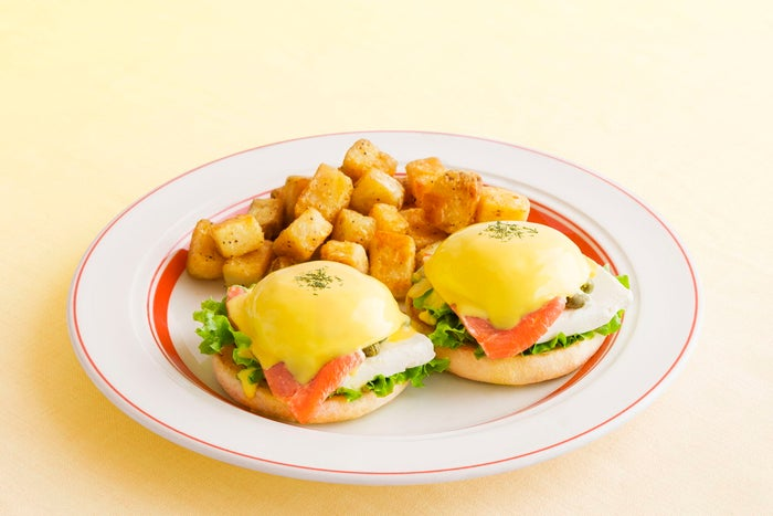 スモークサーモンとクリームチーズのエッグスベネディクト税込1,400円/画像提供:Eggs'n Things Japan