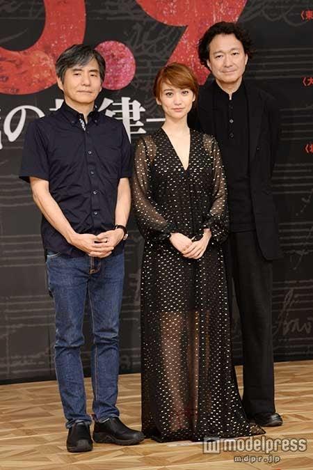 舞台「No.9 ―不滅の旋律―」製作発表会の模様(左から)中島かずき氏、大島優子、白井晃氏