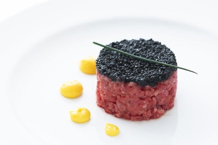 黒毛和牛のタルタルステーキと黒キャビア/画像提供:オーイズミフーズ