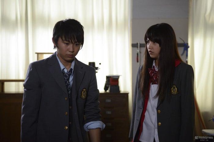 俳優の須賀健太(左)とモデルで女優の竹富聖花(右)/「生贄のジレンマ」より