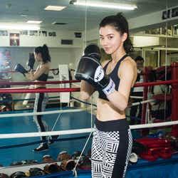 """モデルプレス - 朝比奈彩、""""美くびれ全開""""ボクシング動画が「美しい」「カッコよすぎ」と話題"""