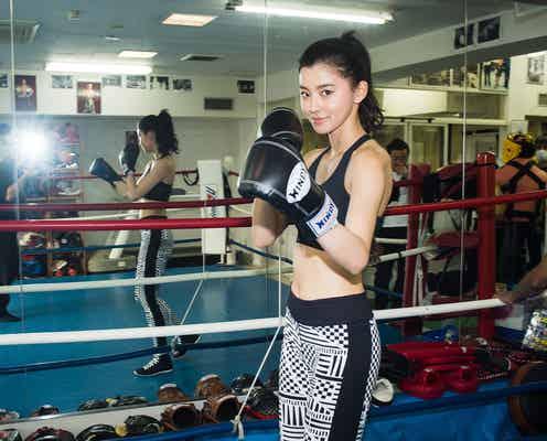 """朝比奈彩、""""美くびれ全開""""ボクシング動画が「美しい」「カッコよすぎ」と話題"""