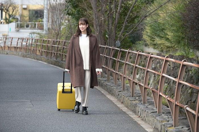 """オープニングで番組のキーアイテム""""黄色のキャリーケース""""をひく佐々木久美 (C)TBS"""